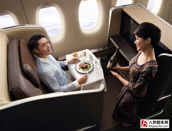 宝马集团全球创意设计咨询公司(BMW Group DesignworksUSA)与新加坡航空携手飞向全新的高度,为新航设计了全新的头等舱座椅。此前,这家全球性的设计公司曾为波音公司、巴西航空、达索航空提供机舱内部设计方案,为行业注入了新的活力。为了满足新航及其挑剔的高端乘客,设计师赋予了头等舱全新的面貌,更多的舒适性和私密性,以及更宽敞的空间。全新的头等舱设计将在9月份被应用到新波音777-300ER飞机上并于今年9月份在新加坡往返伦敦的航线上首次亮相。 设计师们面临的第一个挑战就是:如何在飞机客舱严格的