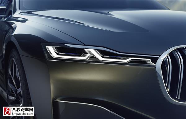 精雕细琢的宝马标志性轮廓线沿车辆侧面形成紧致的