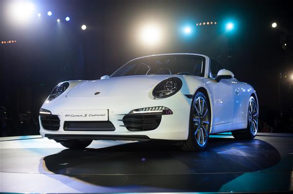 5月5日,上海浦西保时捷中心和上海浦东保时捷中心联合举办了全新保时捷911上市发布会。据悉,全新911 Carrera将于年中上市。其中,2款硬顶跑车的市场价为147.6万元和167.1万元起,另2款敞篷跑车的市场价为163.9万元和188.3万元起。 当晚,众嘉宾包括保时捷中国首席执行总裁柏涵慕先生(Mr.